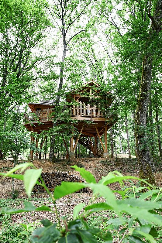 la cabane pyr n es avec spa perch e dans les arbres. Black Bedroom Furniture Sets. Home Design Ideas